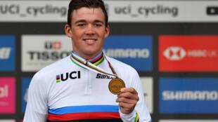 El danés Mads Pedersen posa con su medalla de oro y su maillot de campeón del mundo de ciclismo en ruta el 29 de septiembre de 2019 en Harrogate, Reino Unido
