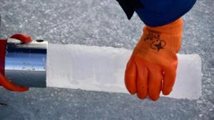 Un étudiant collecte un échantillon de glace en Russie.