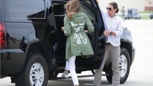 ميلانيا ترامب وهي ترتدي السترة المثيرة للجدل خلال زيارتها الحدود مع المكسيك.
