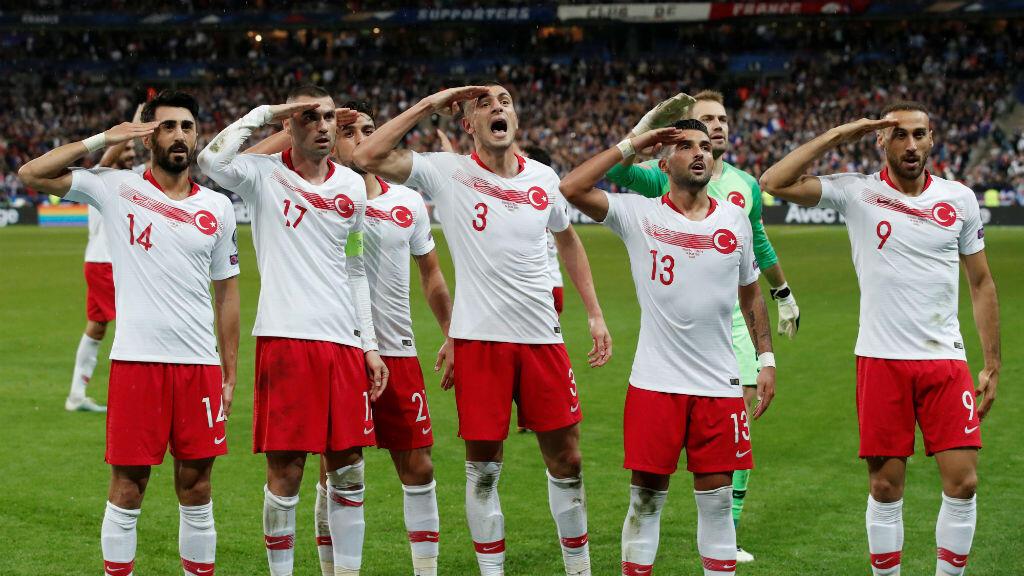 Los jugadores de Turquía saludan después de que Kaan Ayhan anotara el gol que les dio el empate ante Francia en el Stade de France, en Saint-Denis, Francia, el 14 de octubre de 2019.