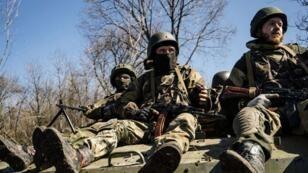 Des séparatistes pro-russes à Donestk, le 10 avril 2015.