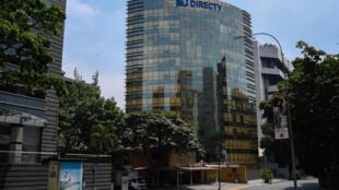 Esta imagen de archivo, tomada el 19 de mayo de 2020 en Caracas, muestra la sede en Venezuela del proveedor de televisión por suscripción DirecTV