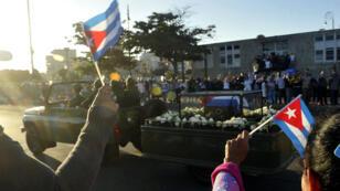 L'urne contenant les cendres de Fidel Castro quitte La Havane pour Santiago de Cuba.