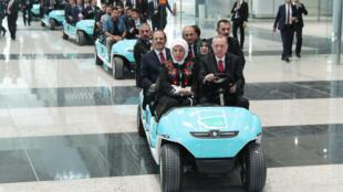 Le président turc Recep Tayyip Erdogan et sa femme Emine Erdogan lors de l'inauguration du nouvel aéroport d'Istambul, le 29 octobre 2018.