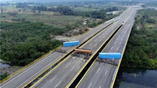 Vue aérienne du pont de Tienditas, à la frontière colombienne, bloqué par l'armée.