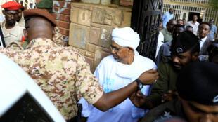 Omar el-Béchir, ex-président soudanais, quitte les bureaux du parquet anti-corruption, le 16 avril 2019 à Khartoum.