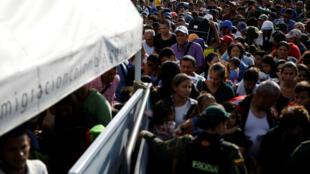Miles de personas esperan para cruzar la frontera entre Colombia y Venezuela a través del puente internacional Simón Bolívar en Cúcuta, Colombia, el 24 de enero de 2018.