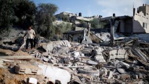 Un palestino inspecciona un sitio de Hamás que fue impactado por el ataque aéreo israelí, en Al-Mughraqa, Gaza, el 9 de agosto ed 2018.