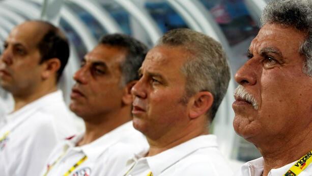 El entrenador egipcio Hassan Shehata (derecha) es el único entrenador que ha ganado tres trofeos consecutivos en la Copa Africana de Naciones.
