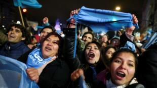 Activistas celebran depués de que el Senado rechazara el proyecto de ley sobre la legalización del aborto. Buenos Aires, Argentina, el 9 de agosto de 2018.