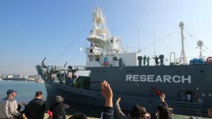 Imagen de archivo del 1 de diciembre de 2015 en la que un grupo de personas despide a un barco ballenero en el puerto de Shimonoseki que se dirige al Océano Antártico.