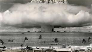 Des essais nucléiares menés par les États-Unis sur l'atoll de Bikini, dans l'océan Pacifique.