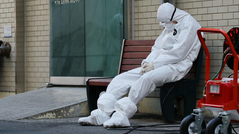 Un trabajador médico se toma un descanso a las afueras de un hospital en Daegu, Corea del Sur. 23 de febrero de 2020.