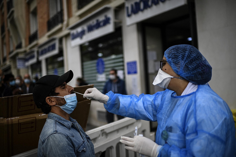 Un homme subissant un test PCR dans un laboratoire médical à Paris le 29 août 2020, suite à une augmentation du nombre de cas en France.