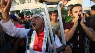 عراقيون خلال تظاهرة احتجاجا على البطالة في ساحة تحرير في بغداد في 27 تموز/يوليو 2018