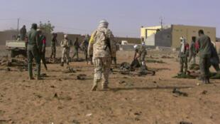 Des militaires maliens couvrent les corps des soldats morts dans l'attentat suicide survenu le 18 janvier 2017, dans un camp militaire de Gao, dans le nord du Mali.
