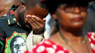 Los dolientes observan el cuerpo de Robert Mugabe, en estado en el estadio Rufaro, en Mbare, Harare, Zimbabwe , 12 de septiembre de 2019.