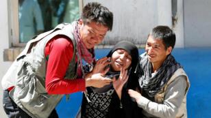 Familiares de las víctimas de un atentado suicida en un centro de registro de votantes en Kabul, lloran en un hospital después del ataque. Kabul, Afganistán, el 22 de abril de 2018.