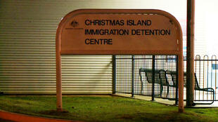 مدخل مركز لإيواء المهاجرين في جزيرة كريسماس