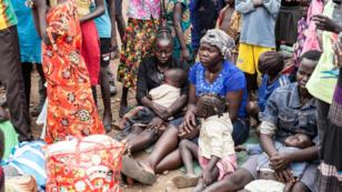 Ces réfugiés sud-soudanais attendent d'être transférés depuis le centre frontalier de transit de Nadapal au Kenya vers le camp de réfugiés de Kakuma (non daté).