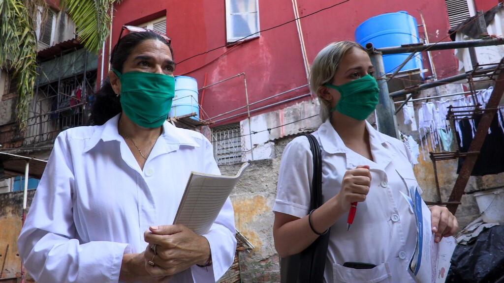 À Cuba, des médecins se rendent chez des habitants de La Havane pour recueillir des informations médicales, le 31mars2020.