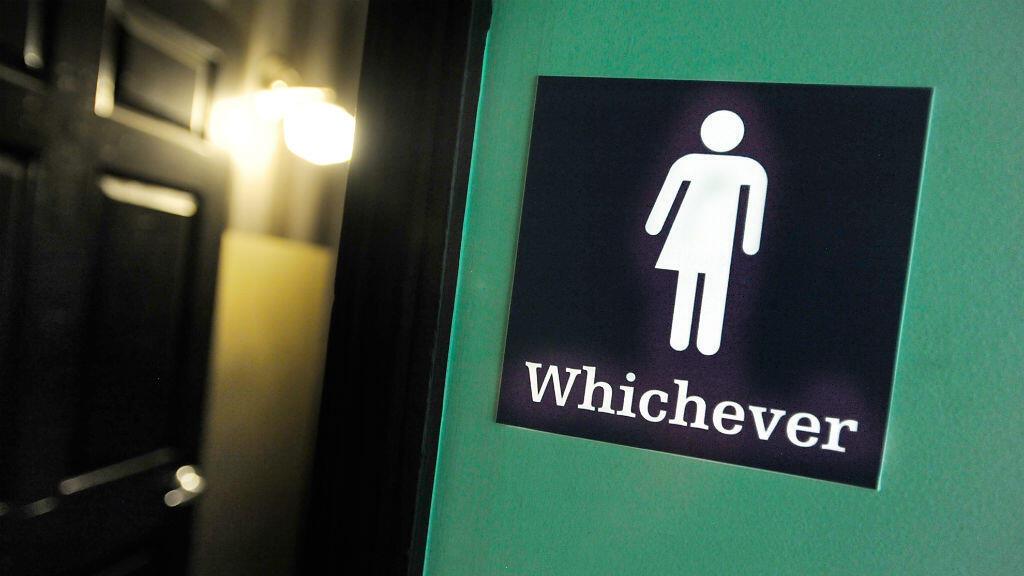 Un panneau indiquant des toilettes mixtes, le 11 mai 2016 à Durham, en Caroline du Nord (États-Unis).
