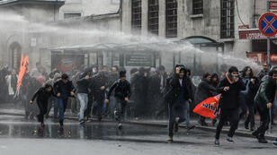 La police turque a utilisé des canons à eau pour disperser des manifestants à Istanbul, le 5 novembre 2016.