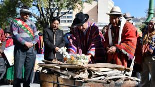 El ministro boliviano de Exteriores, Diego Pary pone una ofrenda para un ritual celebrado en la plaza Murillo de La Paz con el propósito de  invitar a la población a participar este viernes, 21 de junio, en la celebración del Año Nuevo Andino 5527.