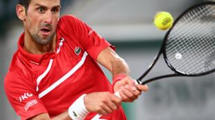 الصربي نوفاك ديوكوفيتش يتصدى لكرة الروسي كارن خاشانوف خلال بطولة فرنسا المفتوحة لكرة المضرب. 5 تشرين الاول/اكتوبر 2020