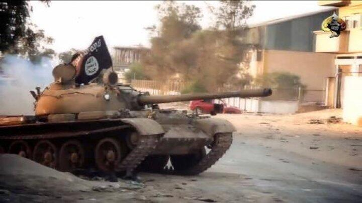 """صورة من فيديو نشره المنبر الإعلامي لـ""""أنصار الشريعة""""  تظهر دبابة تابعة للتنظيم في بنغازي"""