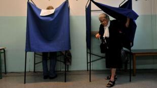 سيدة يونانية في أحد المراكز الانتخابية في 20 أيلول/سبتمبر 2015