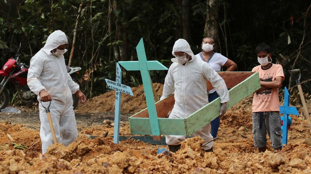 Varios trabajadores de un cementerio preparan tumbas para fallecidos por Covid-19. En Manaus, Brasil, el 16 de abril de 2020.