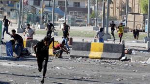 Un grupo de manifestantes huye de los disparos de las autoridades durante las protestas en Bagdad, Irak, el 4 de octubre de 2019.
