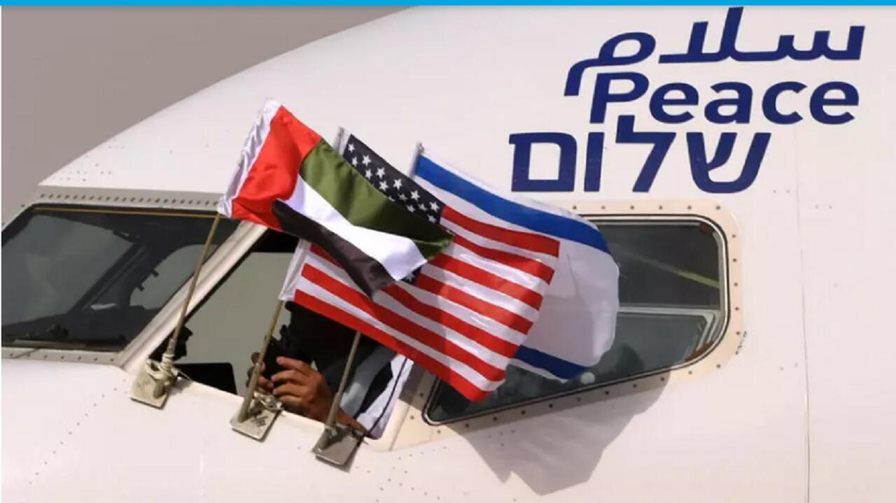 أعلام الإمارات والولايات المتحدة وإسرائيل في طائرة إسرائيلية لدى وصولها أبوظبي في 31 أغسطس/آب 2020.