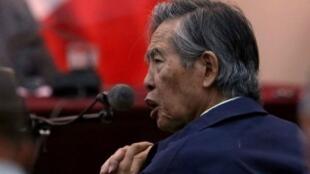 El expresidente Alberto Fujimori asiste como testigo a un juicio en la Base Naval de Callao, en Perú, el 15 de marzo de 2018.