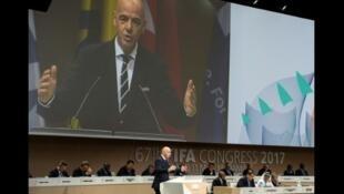 رئيس فيفا جياني إنفانتينو يلقي كلمة أمام الجمعية العمومية لفيفا في المنامة الخميس 11 ايار/مايو 2017