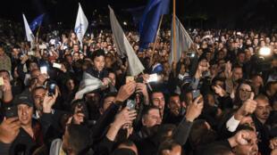 """Les supporters de la """"coalition des guerriers"""" célèbrent les résultats des législatives à Pristina, dans la nuit du 11 au 12 juin 2017."""