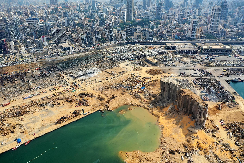 Vista aérea de partes del devastado puerto de Beirut tomada el 7 de agosto muestra el cráter causado por la colosal explosión de una enorme cantidad de nitrato de amonio que había languidecido durante años en un almacén portuario.