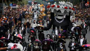 Una vista general muestra el desfile anual del Día de Muertos en la Ciudad de México , México , 27 de octubre de 2019.