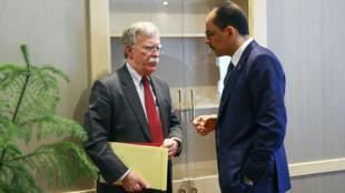 Le porte-parole du président turc, Ibrahim Kalin (à d.), s'entretenant avec John Bolton, le conseiller à la Sécurité américain.