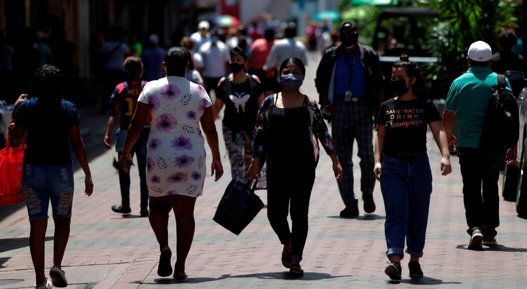 Personas con tapabocas son vistas mientras caminan en la avenida central, en Ciudad de Panamá, Panamá, el 4 de junio de 2020.