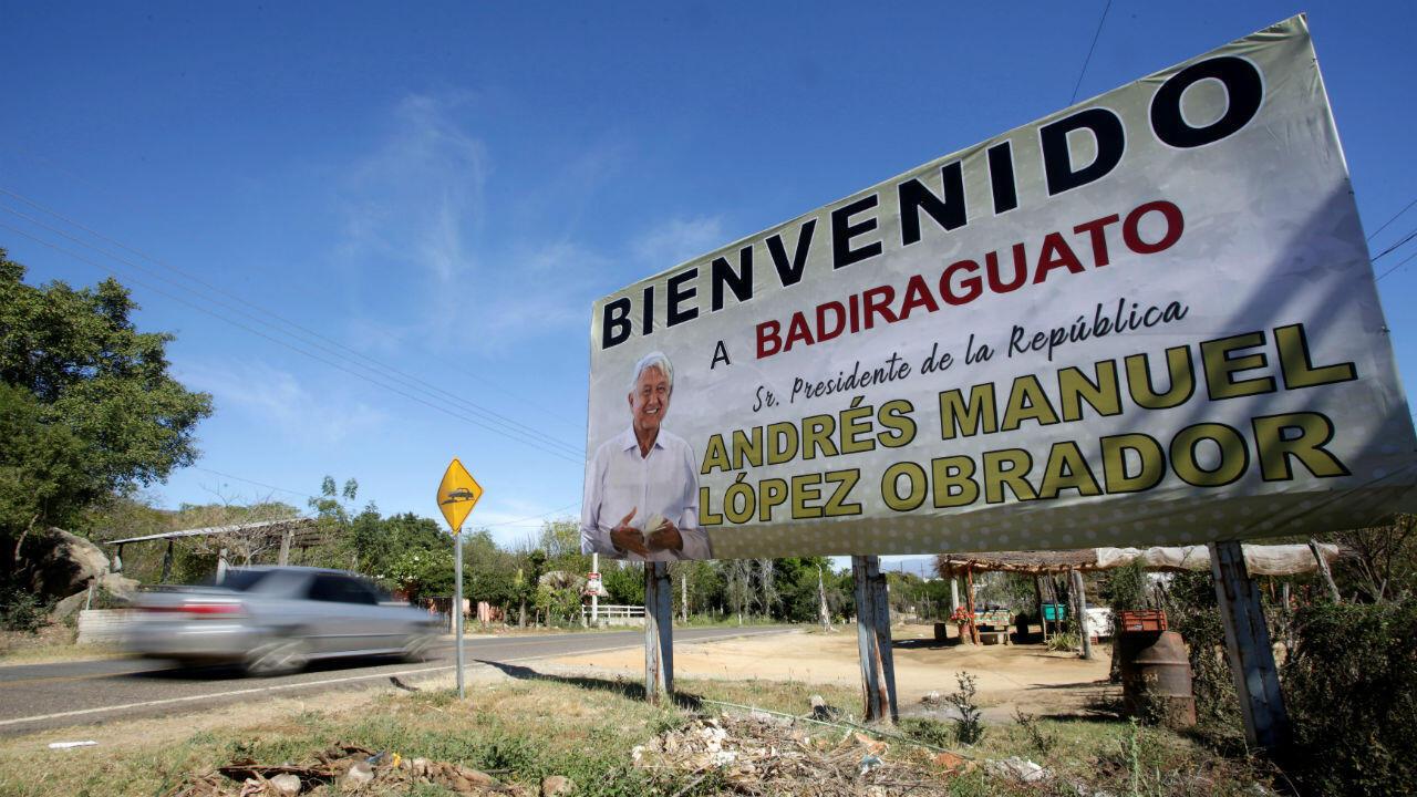 Un cartel de bienvenida instalado en honor a la visita del presidente de México, Andrés Manuel López Obrador, en Badiraguato, Sinaloa, el 15 de febrero de 2019.