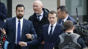 Le président Emmanuel Macron aux côtés d'Alexandre Benalla (gauche) à Berd'huis, en France, le 12 avril 2018.