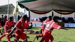 Les secours évacuent les blessés après l'explosion d'un engin non identifié lors d'une réunion de campagne du président du Zimbabwe Emmerson Mnangagwa, dans le sud du pays.