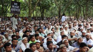 Refugiados rohingyas se manifestaron en el campo de refugiados de Kutupalong para conmemorar un año del inicio del éxodo desde Myanmar hacia Bangladesh.