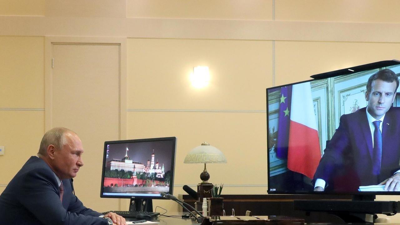 الرئيس الروسي فلاديمير بوتين يتحدث إلى نظيره الفرنسي ايمانويل ماكرون خلال لقاء نظّم عبر الفيديو، 26 حزيران/يونيو 2020