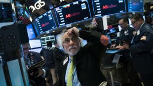 Le Dow Jones a brièvement perdu plus de 10% lundi par rapport à son record inscrit le 26 janvier, avant de réduire ses pertes, qui ont un moment dépassé les 1500 points.