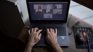Un empleado trabaja mediante videoconferencia en Nantes, Francia, en una imagen de archivo del 14 de mayo de 2020.