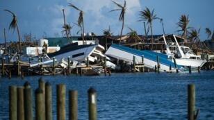 Des bateaux détruits dans le port de Treasure Cay, sur l'île d'Abaco, aux Bahamas, le 11 septembre 2019.