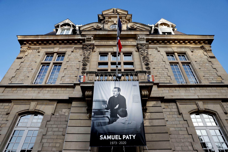 Un portrait de Samuel Paty est affiché sur la façade de la mairie de Conflans-Sainte-Honorine, dans les Yvelines, le 3 novembre 2020